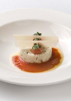 Tartaar van zeebaars met koriander, biologische tomaat en Parmezaanse kaas